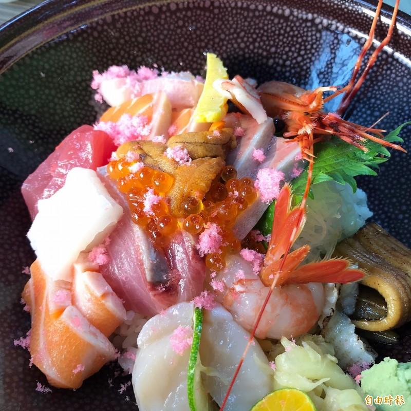 「峰鮨壽司」人氣招牌菜「究極海鮮丼」鋪滿海膽、鮭魚卵、鱈魚鬆及各種新鮮魚料,讓人吃到碗底朝天才願停下。(記者林欣漢攝)