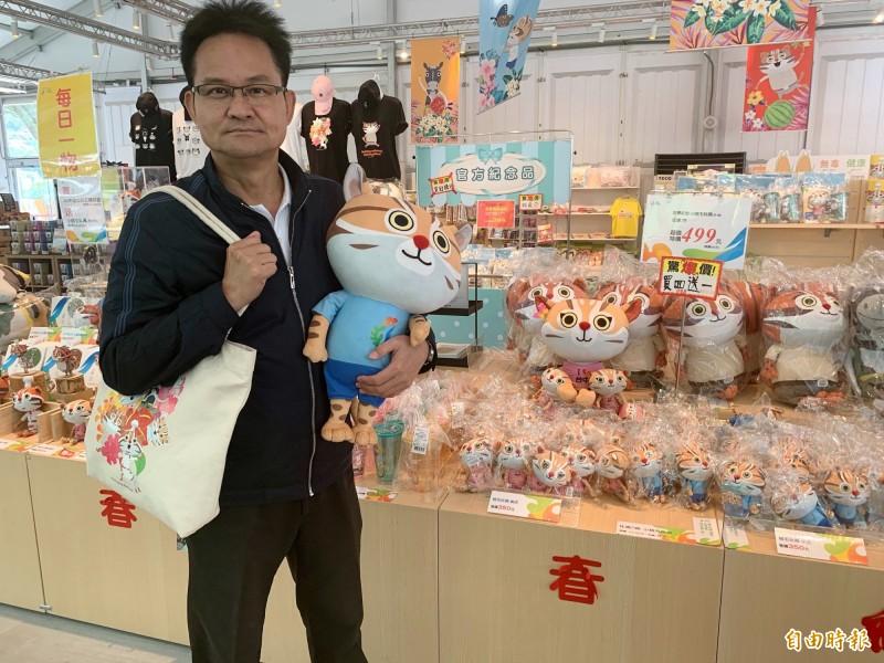 台中市議員張耀中表示,台中花博有多項官方紀念品,目前正降價促銷。(記者張菁雅攝)