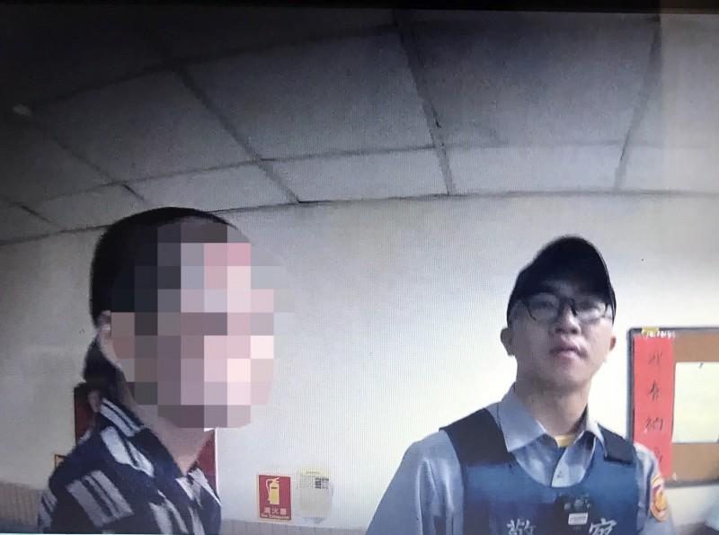 新竹一名思覺失調的男性患者,今天近午就醫時,突然藉故持刀襲擊、追砍醫師,幸好醫師閃開,沒有受傷,醫護人員緊急報警將男子逮捕送辦。 (記者廖雪茹翻攝)