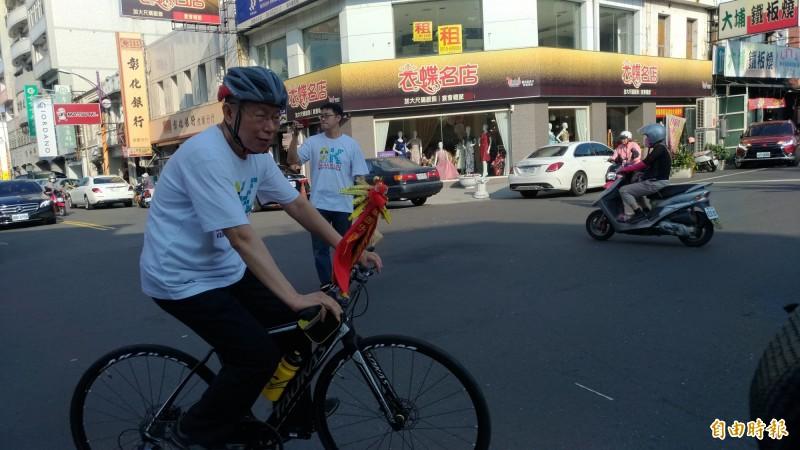 原本徒步跟大甲媽進香,柯P「凍未條」改騎腳踏車。(記者廖淑玲攝)