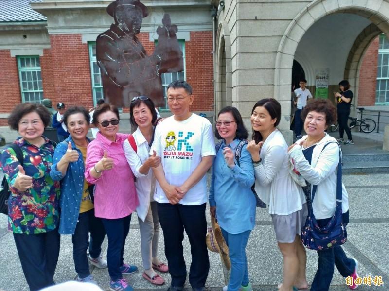 台北市長柯文哲沿途遇到民眾、店家都熱情要求合照、簽名。(記者廖淑玲攝)