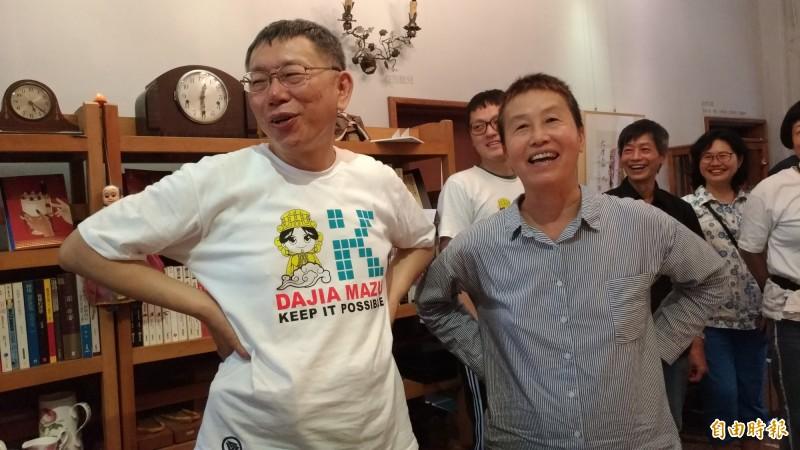 柯P(左)參觀虎尾厝沙龍時羨慕前立委王麗萍(右)擁有這麼豪華的書店,二人動作如出一轍,相當有趣。(記者廖淑玲攝)
