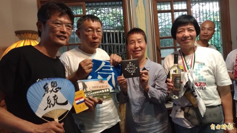 有人高舉「總統」扇子和柯文哲(左二)拍照。(記者廖淑玲攝)