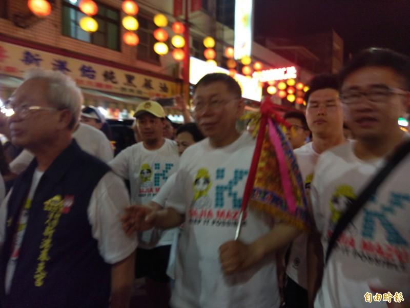 台北市長柯文哲(右二)今晚到新港奉天宮參拜,受到民眾熱情包圍迎接。(記者王善嬿攝)