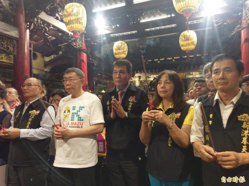 信眾熱情喊總統好,柯文哲(左二)參拜致詞僅說祈求國泰民安、風調雨順。(記者王善嬿攝)