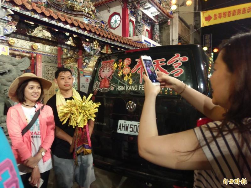 柯文哲幕僚「學姊」黃瀞瑩(左一)今到新港,也擁有高人氣。(記者王善嬿攝)