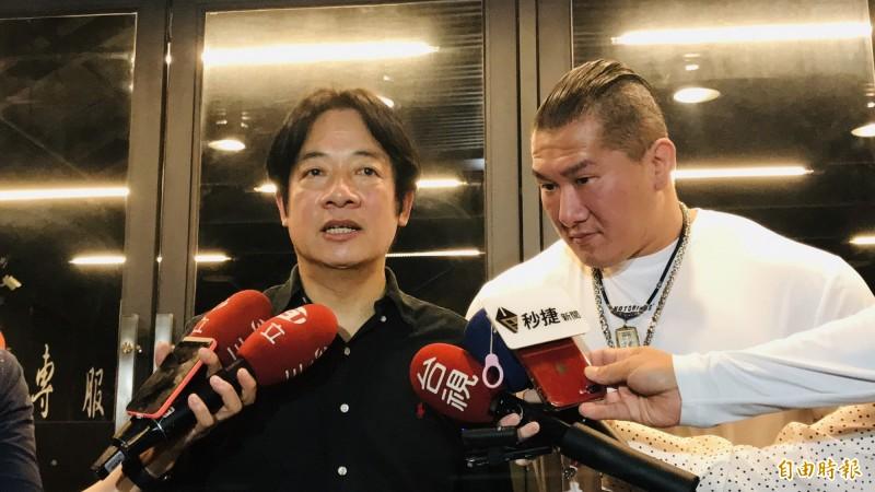前行政院長賴清德,今天晚間8時上網紅「館長」陳之漢(右)的直播。(記者陳心瑜攝)