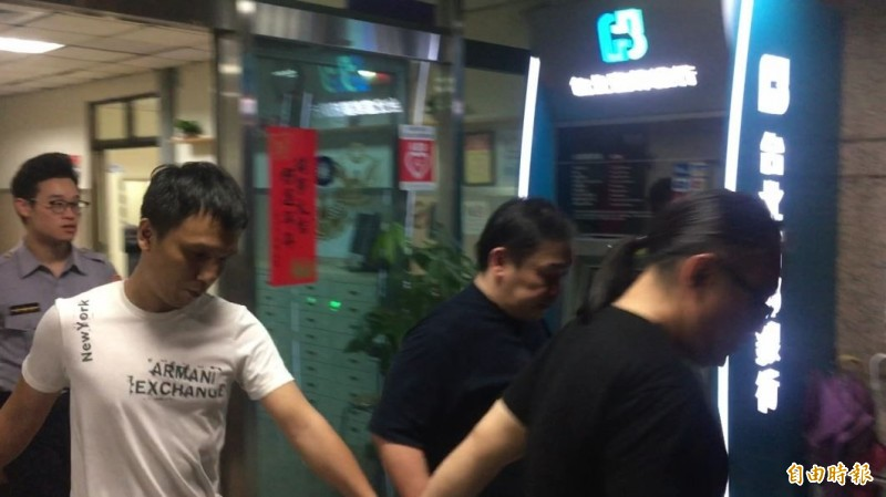 警方逮涉嫌控制行動自由的竹聯幫文武堂前堂主張家祥(中藍衣者)。(記者姚岳宏攝)