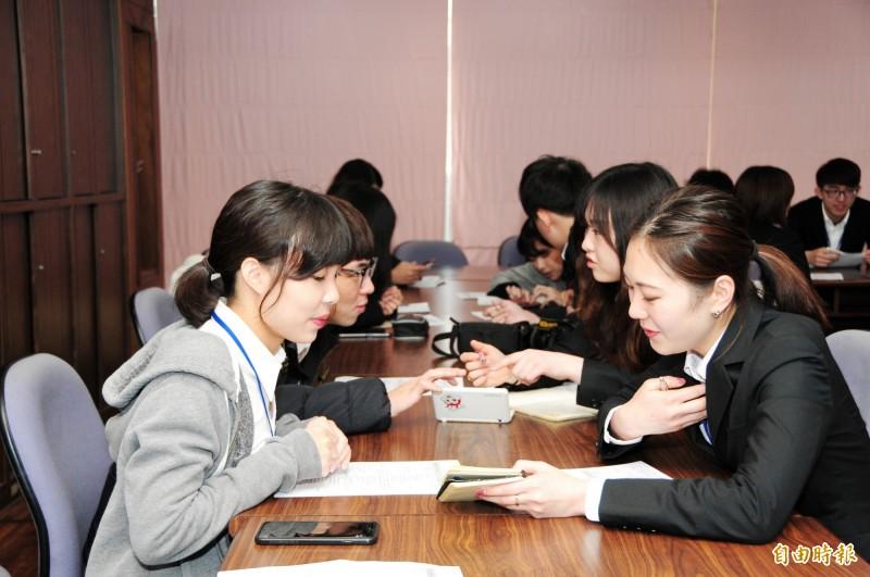「日本大學生訪華研修團」參訪靜宜大學與學生互動。(記者張軒哲攝)