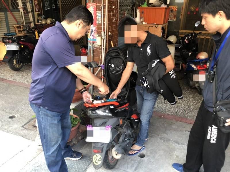 警方也在作案機車內查獲被害人的財物、充電器等贓物。(記者邱芷柔翻攝)