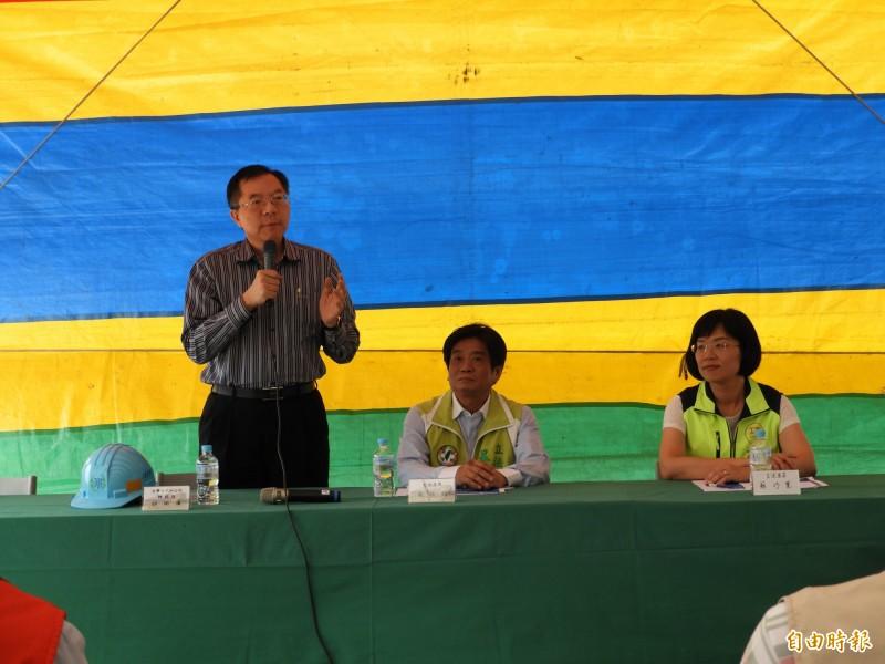 立法委員吳琪銘(中)、蘇巧慧今天共同視察「板新地區供水改善二期工程計畫」進度,並聽取簡報。(記者賴筱桐攝)