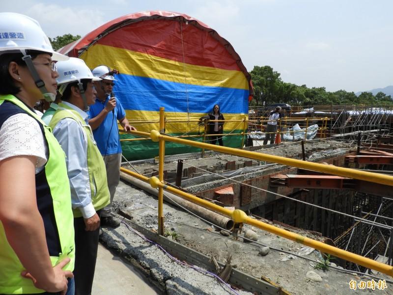 立委蘇巧慧、吳琪銘等人視察「板二計畫」第二階段的浮洲加壓站工程。(記者賴筱桐攝)