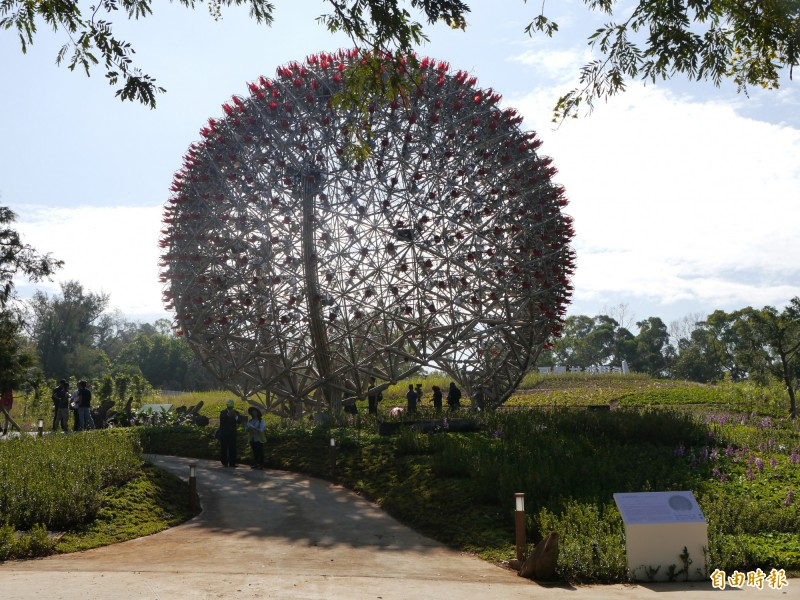 巨型機械花球「聆聽花開的聲音」,是花博必看景點。(記者張軒哲攝)