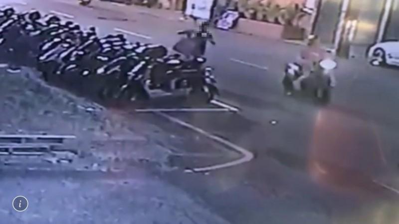 警方鎖定騎車經過的女騎士。(記者曾健銘翻攝)