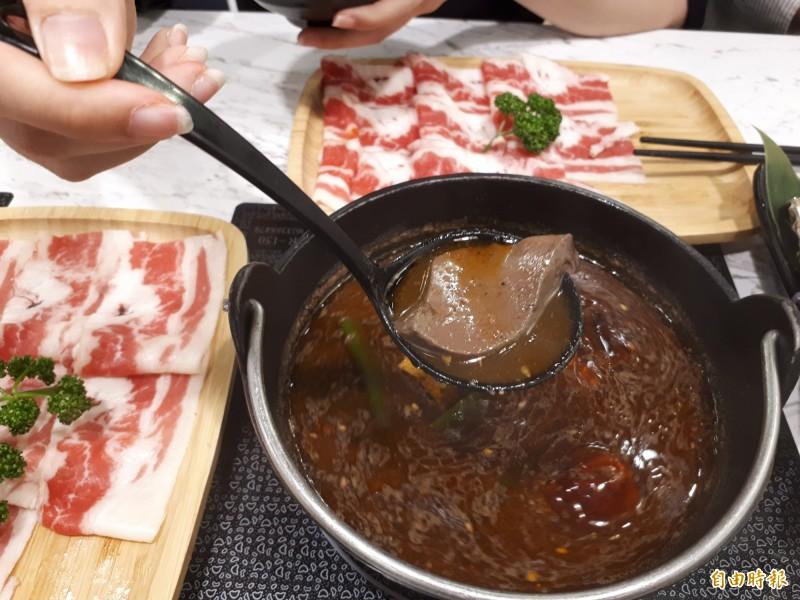 愛吃辣的饕客可點店內的四川麻辣湯底,所有湯底都是新鮮食材熬煮,麻香味十足。(記者洪美秀攝)