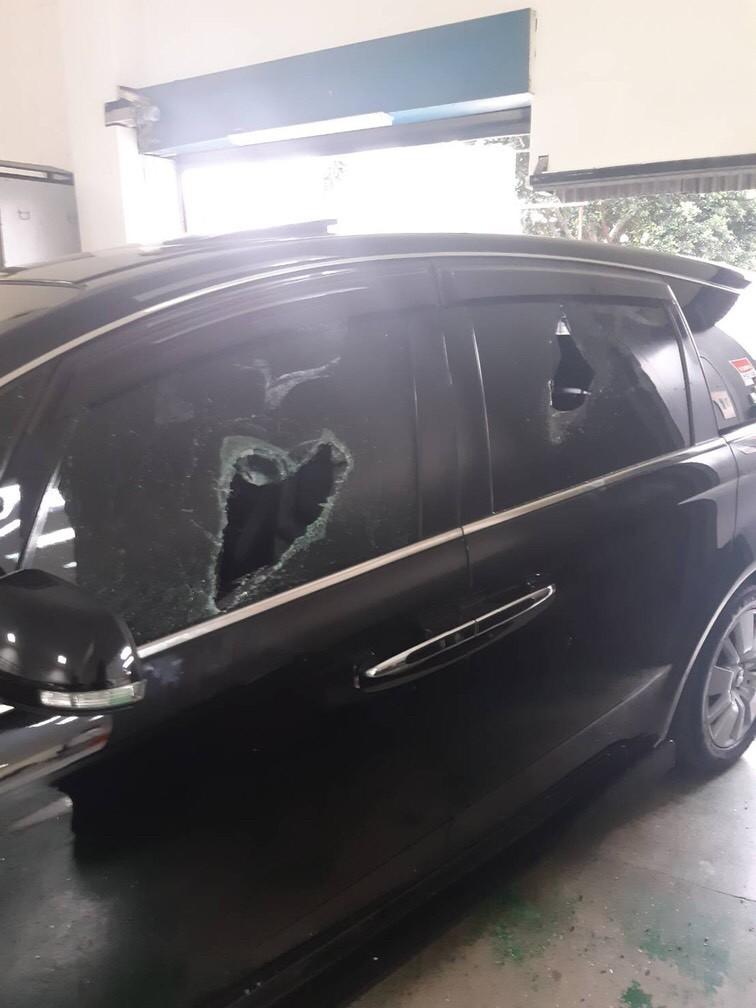 黑色賓士車的車窗全被砸。(記者陳恩惠翻攝)