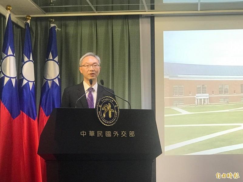 外交部北美司司長姚金祥今在例行記者會上,展示外交部紀念台灣關係法立法40週年製作的創意影片。(記者彭琬馨攝)