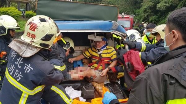 消防人員救出全身多處擦傷,雙腿骨折的黃男。(記者王宣晴翻攝)