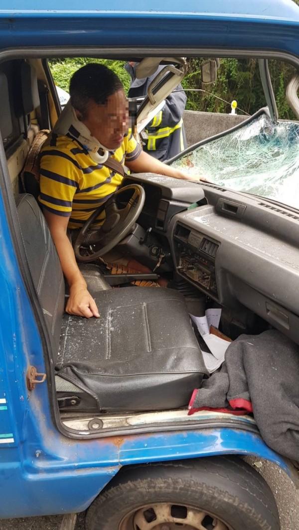 黃男雙腿遭夾住,受困車內。(記者王宣晴翻攝)