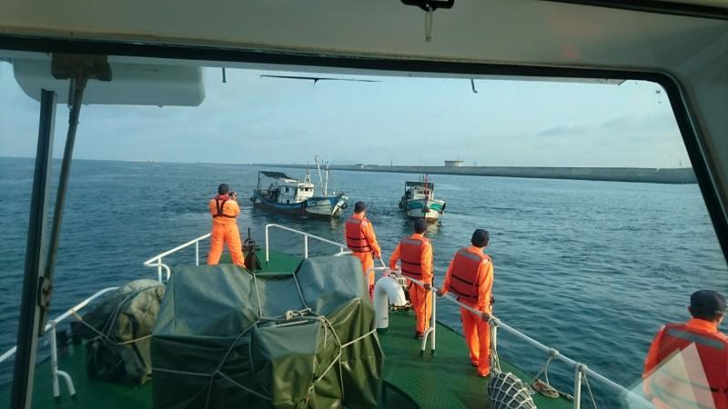 高雄海巡隊查緝漁船違規捕撈。(記者洪臣宏翻攝)