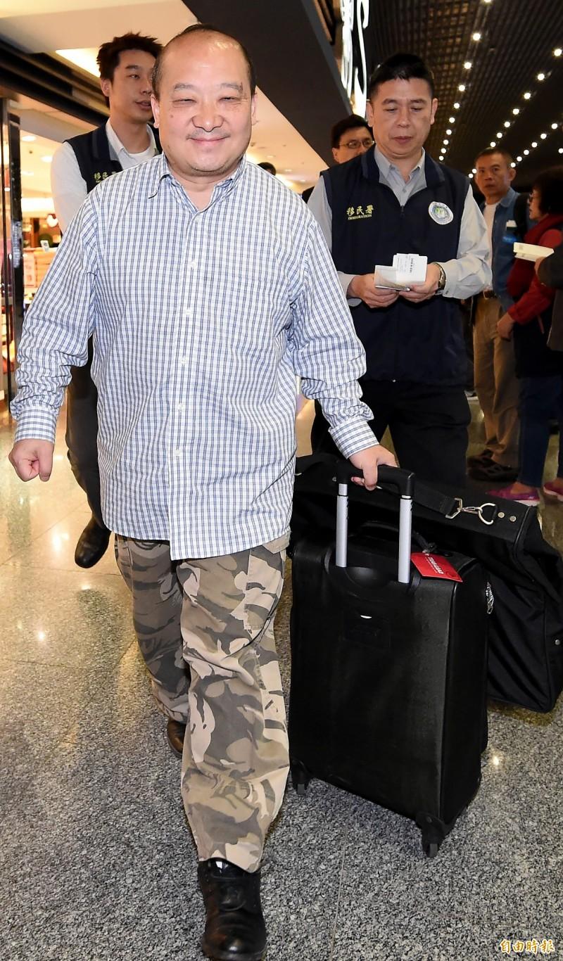 移民署人員12日凌晨在南投竹山某民宿查獲李毅後,將他帶往桃園機場,強制遣返回出發地香港。(記者朱沛雄攝)