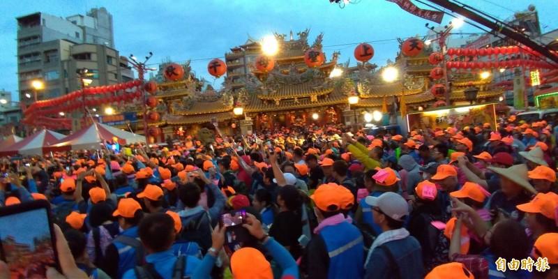 萬名信徒在朝天宮廣場前相送,期待明年再相會。(記者廖淑玲攝)