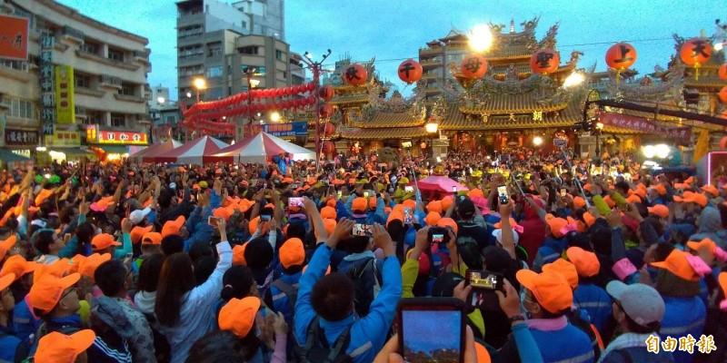 白沙屯媽祖完成一年一度回娘家壯舉,萬名信徒在朝天宮廣場前相送。(記者廖淑玲攝)