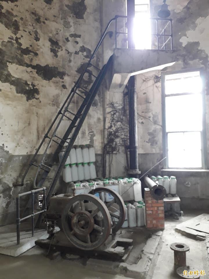 水塔一樓唧筒室裝有2部15匹馬力的電動機。(記者蘇福男攝)