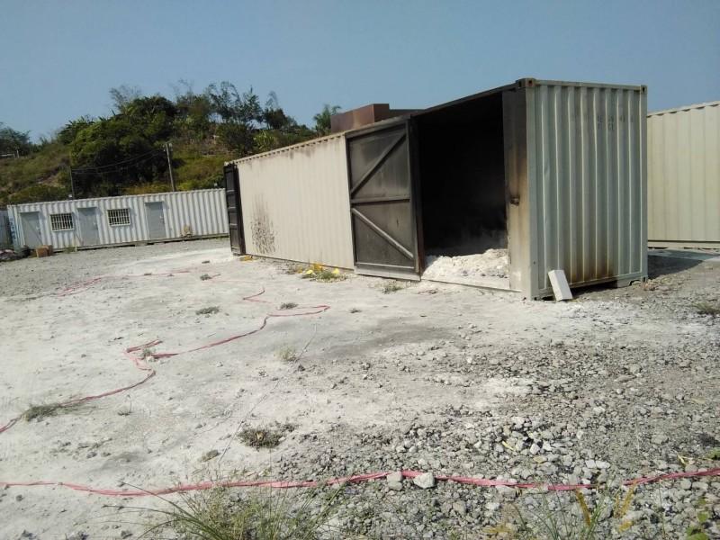 貨櫃焚化爐,業者聲稱「萬物皆可燒」(記者蔡清華翻攝)