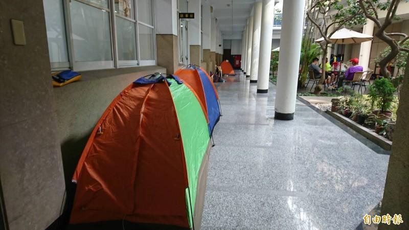 彰化縣議會迴廊成為大甲媽進香紮營的最愛。(記者劉曉欣攝)