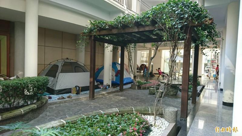 彰化縣議會迴廊成為大甲媽進香紮營的最愛,還有庭園造景相伴。(記者劉曉欣攝)