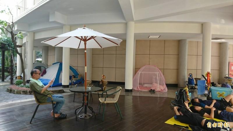 彰化縣議會木板地板也是大甲媽進香紮營人氣選擇,還有椅子可以坐。(記者劉曉欣攝)