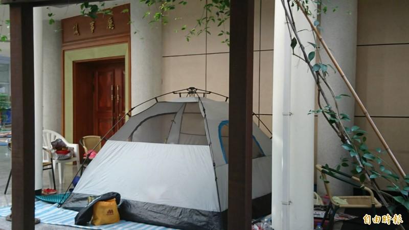 彰化縣議會的議事廳外,也是大甲媽進香客紮營的最愛。(記者劉曉欣攝)