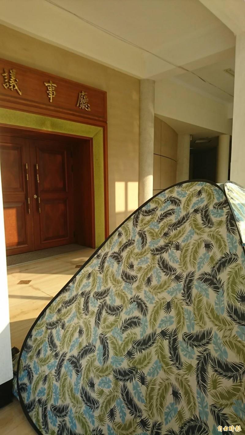 大甲媽進香客直接在議事廳旁紮營。(記者劉曉欣攝)