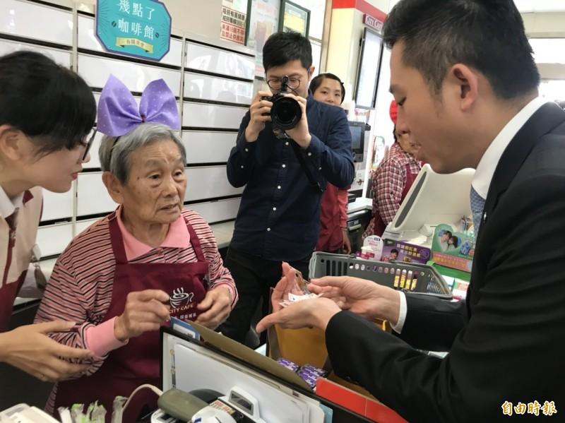 活動中,83歲施姓阿嬤擔任店員,泡咖啡、收銀都一把罩。(記者王駿杰攝)