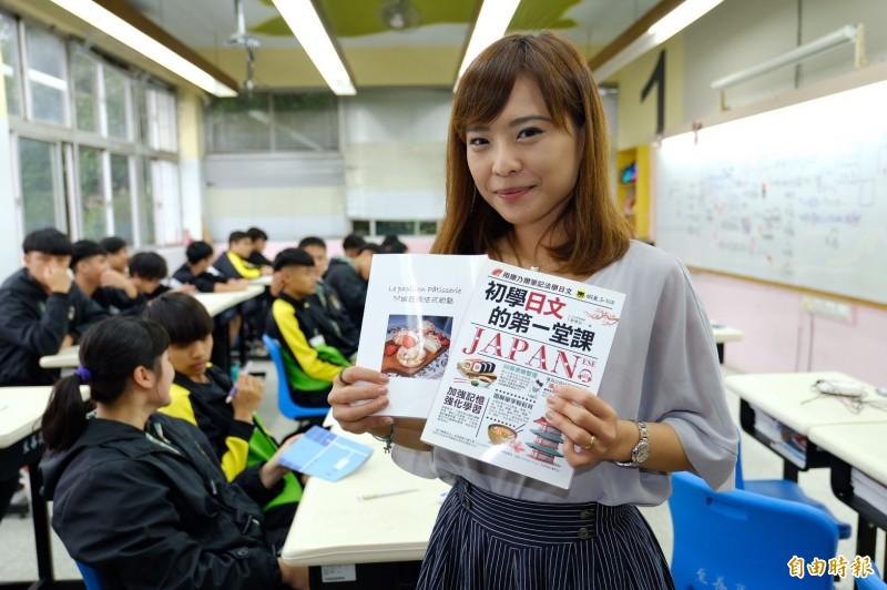至善高中一名國文教師鄒曼荻,外型甜美,還是日語暢銷書作家及甜點烘焙專業,深受學生歡迎。(記者李容萍攝)