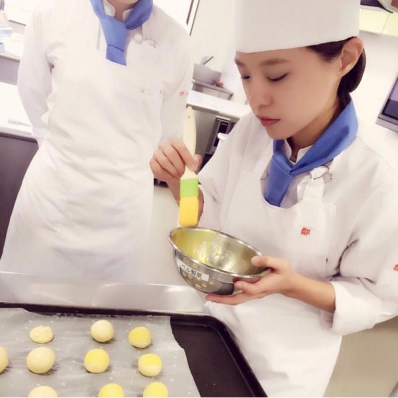 至善高中國文教師鄒曼荻,外型甜美,還是甜點烘焙師。(至善高中提供)