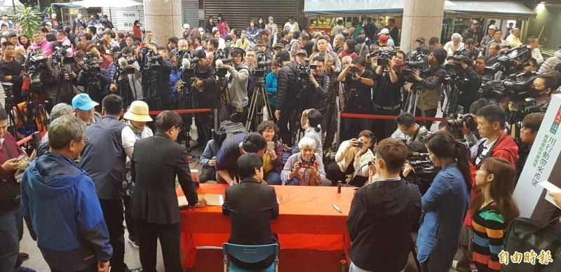 參與民進黨總統黨內初選的前行政院長賴清德,今天到基隆慶安宮舉辦「用行動帶來希望」簽書會,受到大批支持者的歡迎。(記者俞肇福攝)