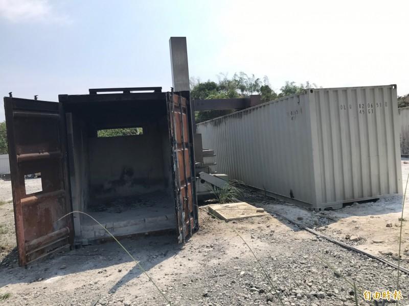 殯葬業者以貨櫃屋改建成「焚化爐」燒庫錢。(記者洪臣宏攝)