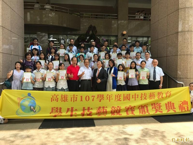 國中技藝競賽23名冠軍與各校校長們開心留影。(記者洪臣宏攝)