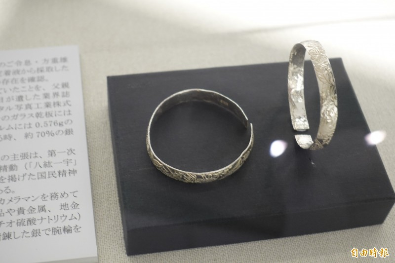 「光影如鏡-玻璃乾版影像展」展出的銀手鐲,是以顯影劑和玻璃乾版底片上的硫化銀提煉而成(記者林翠儀攝)