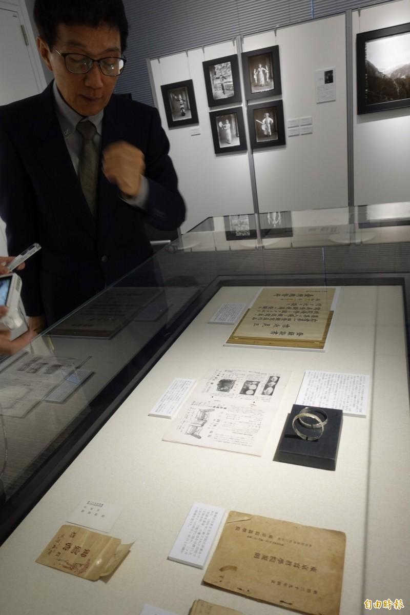 張蒼松花了2年時間蒐集日治時代前輩攝影家作品和研究台灣攝影史極為珍貴的文物。(記者林翠儀攝)