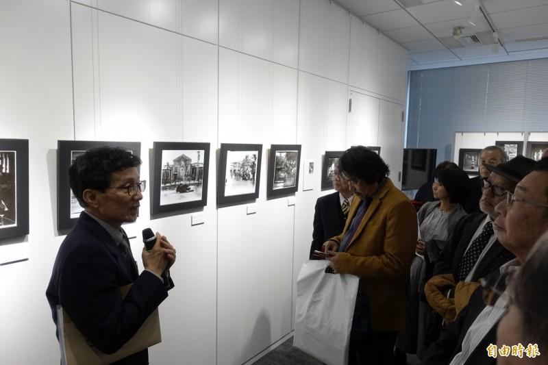 「光影如鏡-玻璃乾版影像展」12日在東京的台灣文化中心開幕,吸引70多位來賓參觀。(記者林翠儀攝)