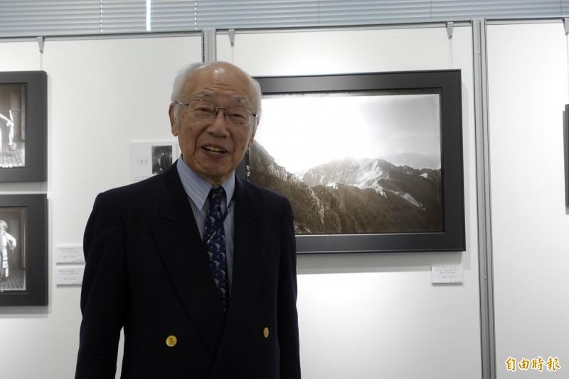 日本寫真家協會副會長松本德彥以專題演講說明原版寫真收集與保存的重要性,他表示最喜歡前輩攝影家方慶綿拍的「新高山」。(記者林翠儀攝)