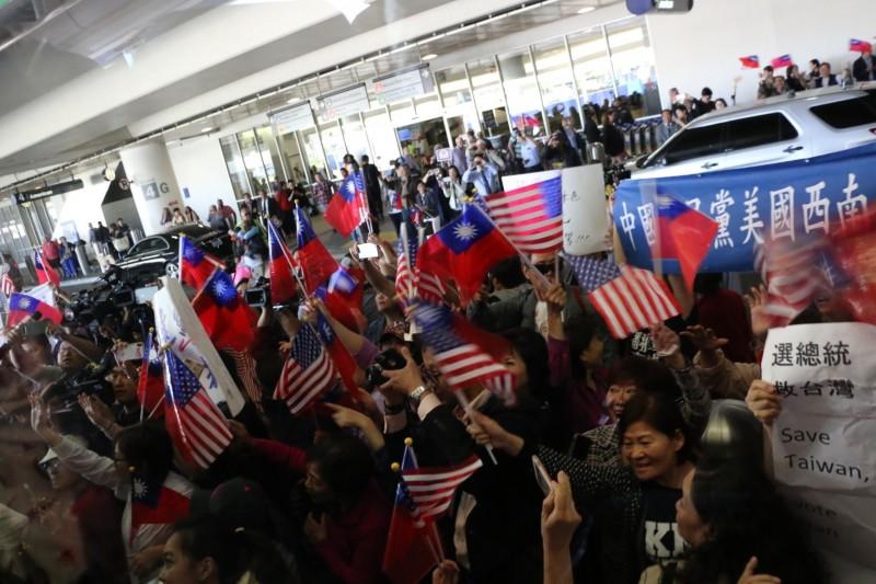 約200多位僑胞帶著台灣、美國國旗在洛杉磯機場等待韓國瑜。(高市新聞局提供)