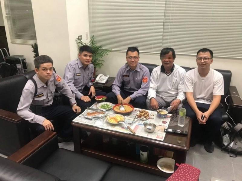 去年11月,日籍山田姓男子才帶著妻子骨灰壯遊台灣,迷路前往派出所求助。(記者陳薏云翻攝)