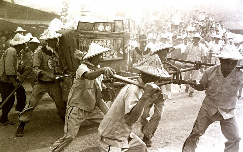 「大甲媽」半世紀前遶境彰化的老照片,完全不見警力。(鐘清溪提供)