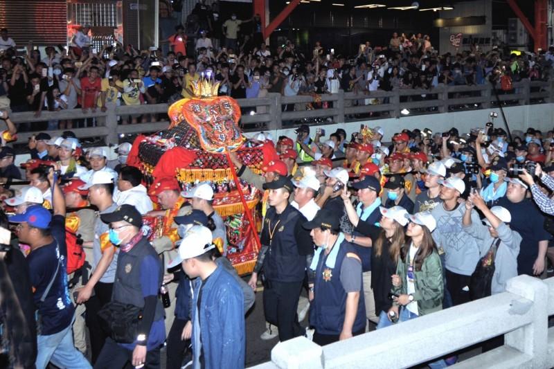 「大甲媽」今年遶境彰化市,行經民生地下道時,出動大批警力護轎。(鐘清溪提供)
