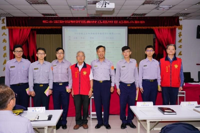 新北市樹林警友會辦事處8年來在主任朱彥華(右一)力挺下,發出超過500萬獎金、慰問金。(記者吳仁捷翻攝)