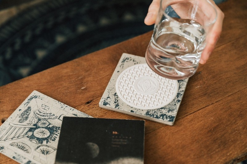台電人孔蓋杯墊材料取自林口電廠產生的煤灰,被金馬影展相中,成為合作聯名商品的第一個公家單位。(台電提供)